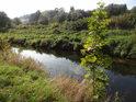 Napřímený tok Metuje v barvách nastupujícího podzimu.