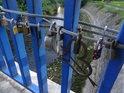 Roztodivné zámky a srdíčka na mostě lásky přes Metuji v Hronově.