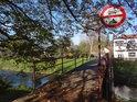 Lávka přes Metuji v Bělovsi se zákazem vjezdu motorových vozidel.