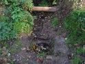 Nenápadný pramínek přidává svoji kapku vody do Metuje v Náchodě.