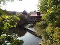Jez na Metuji v Novém Městě Pod Výrovem pohledem z levého břehu mezi vegetací.