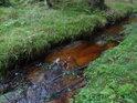 Slatinná barva Metuje coby solidního potoka.