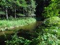 Metuje uprostřed zeleně v Maršovském údolí.