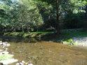 Levobřežní mlýnský náhon Metuje se vrací do řeky.