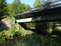 Metuje pod železničním mostem ve Velkých Petrovicích, nedaleko železniční stanice Police nad Metují.