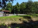 Zatím ještě prázdné parkoviště u Metuje v Teplicích nedaleko vstupu do skal.